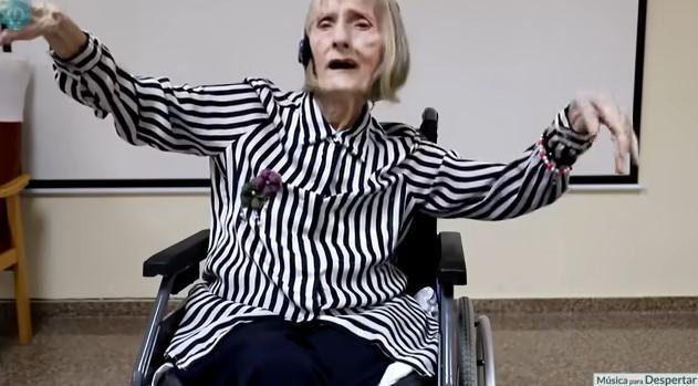 Imagem mostra bailaria com Alzheimer