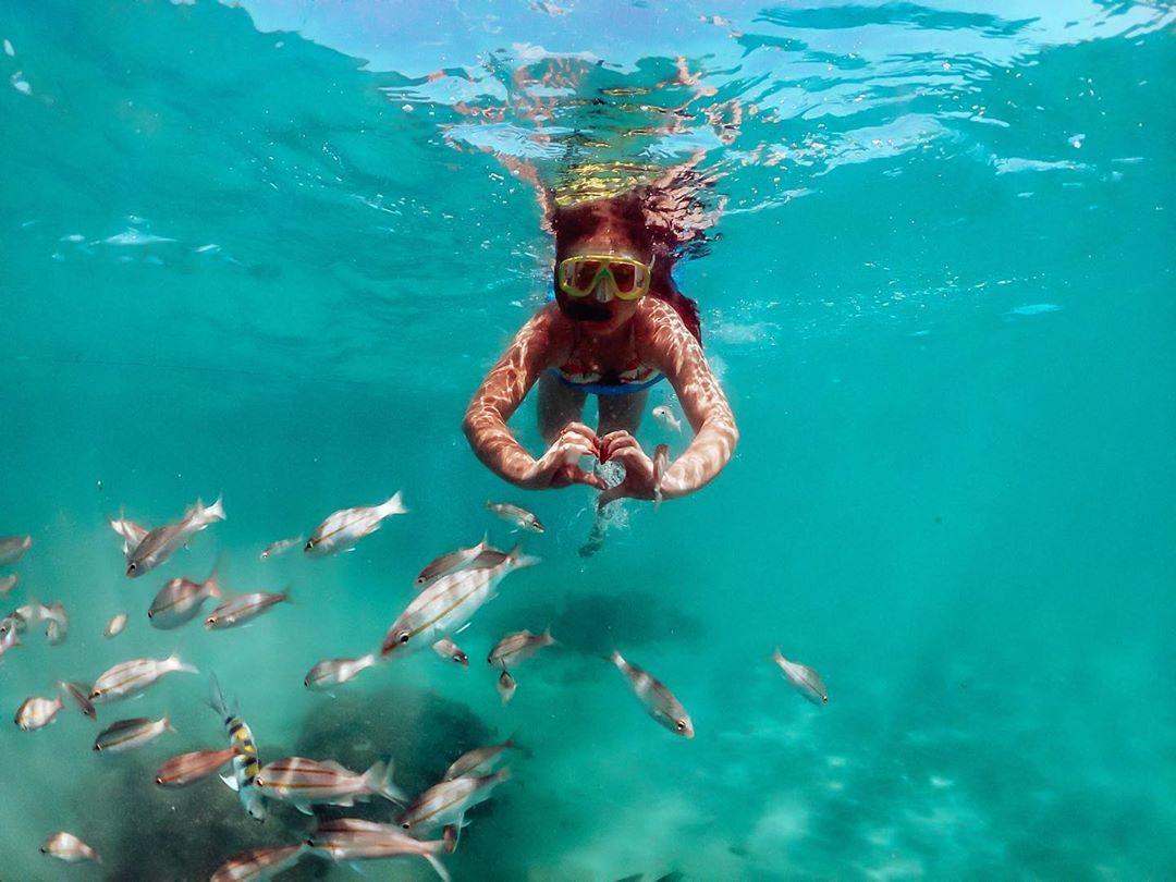 Mulher aproveita caribe brasileiro nos Parrachos de Maracajaú