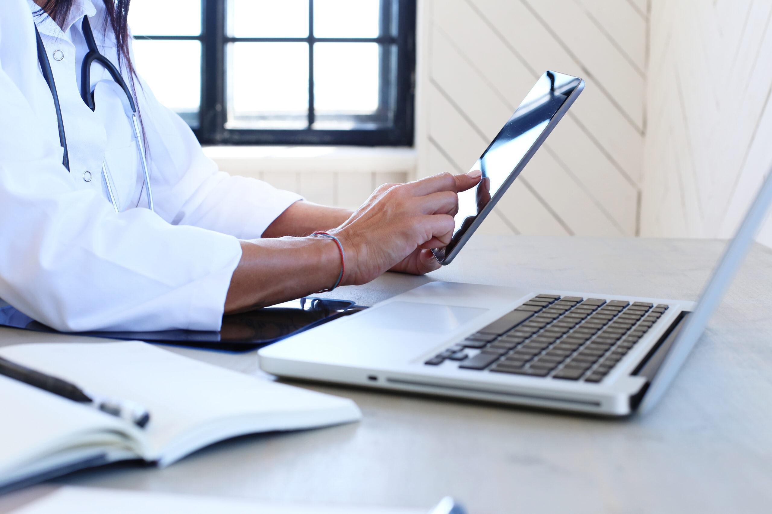 Médico usando tablet. Teleperícia do INSS