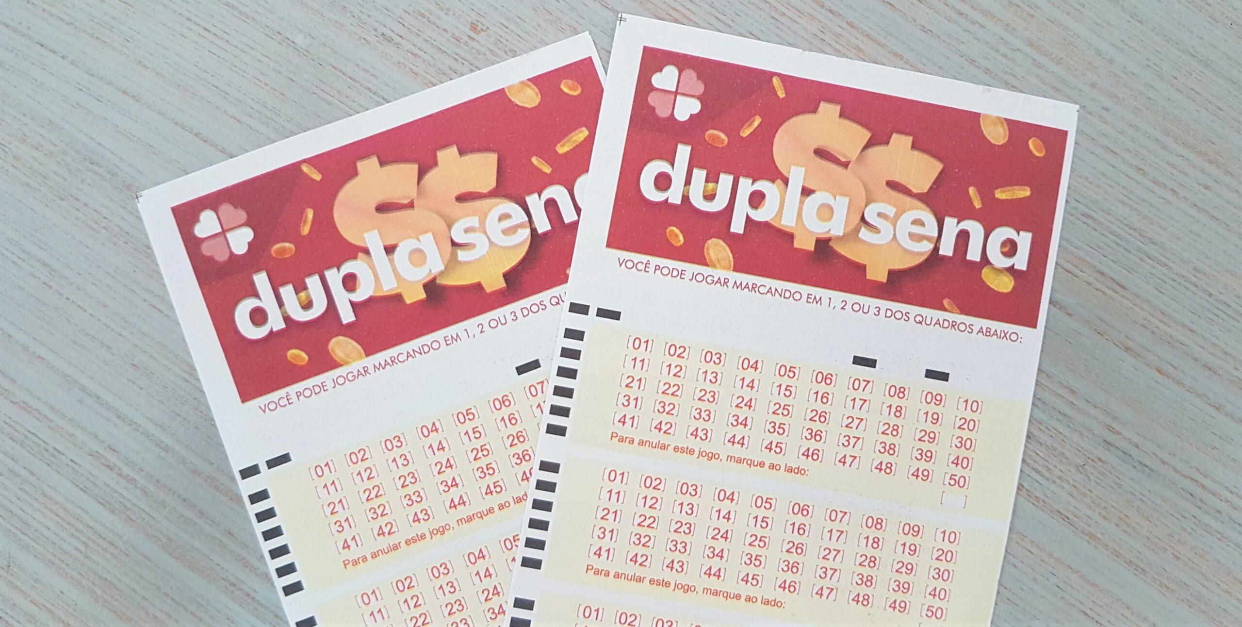 Resultado da Dupla Sena 2173 - A imagem mostra duas cartelas da Dupla Sena, uma sob a outra