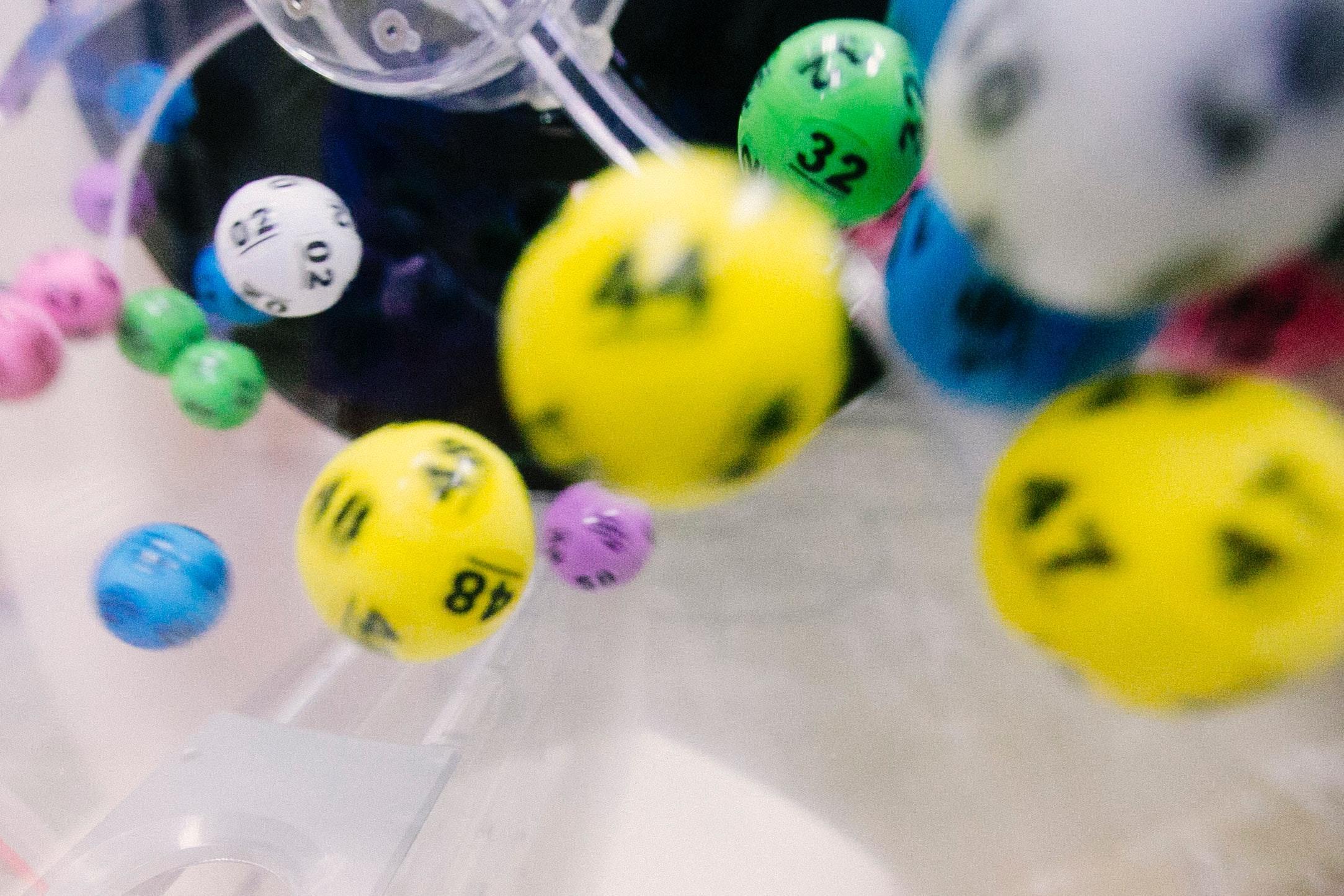 Loteria federal de natal - a imagem mostra diversas bolas numeradas