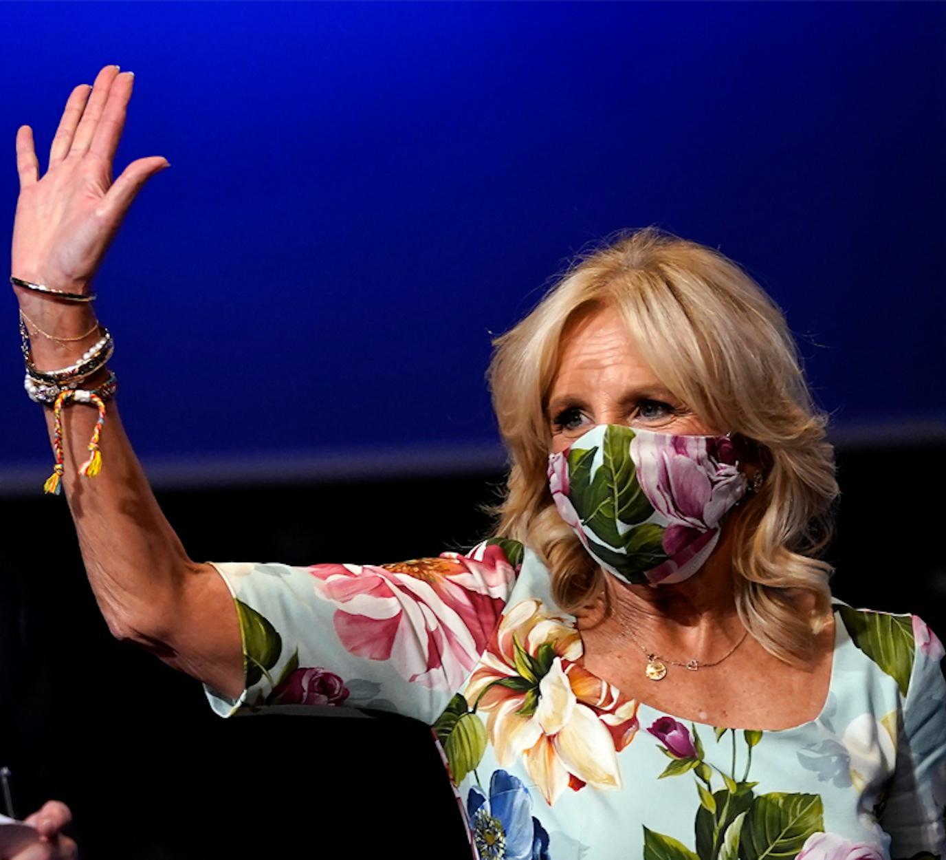 Jill combina máscara e vestido