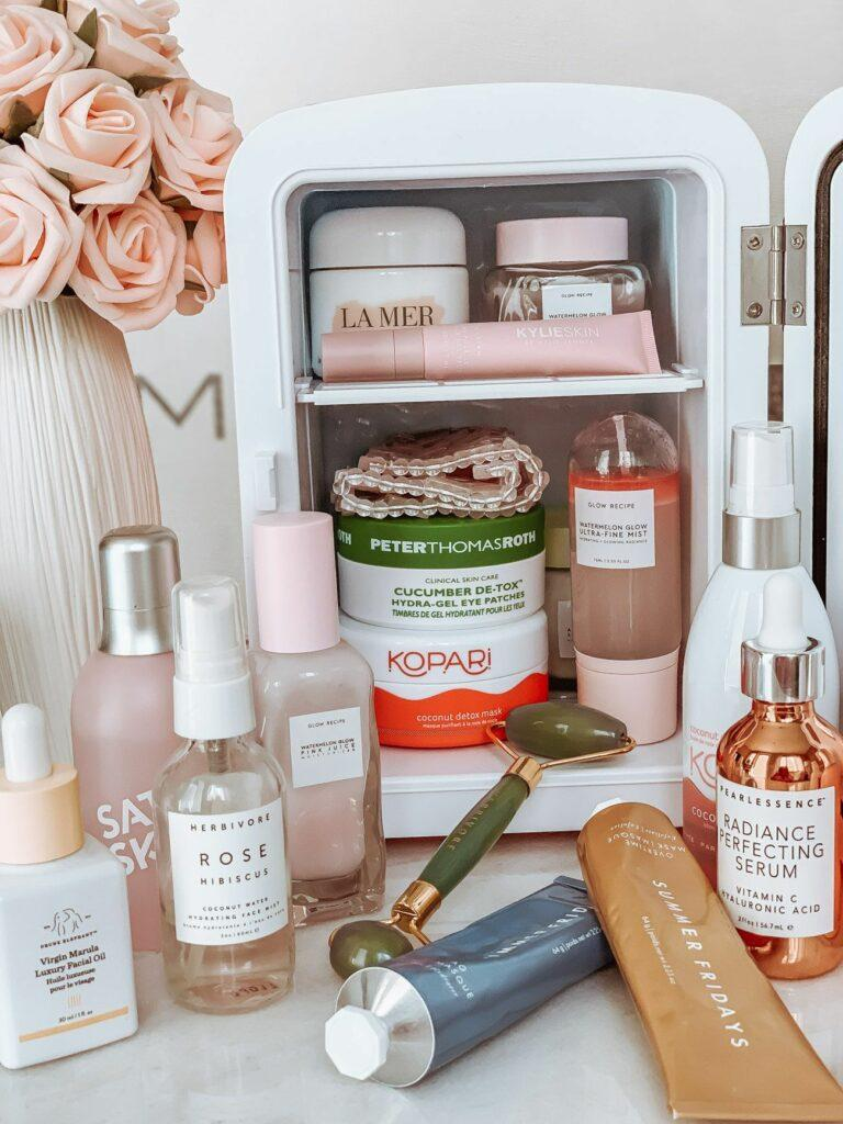 Geladeira de skincare cheia de produtos de beleza