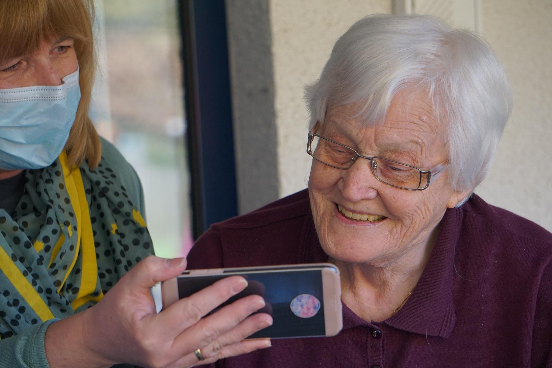 Mulher idosa. Prova de vida do INSS