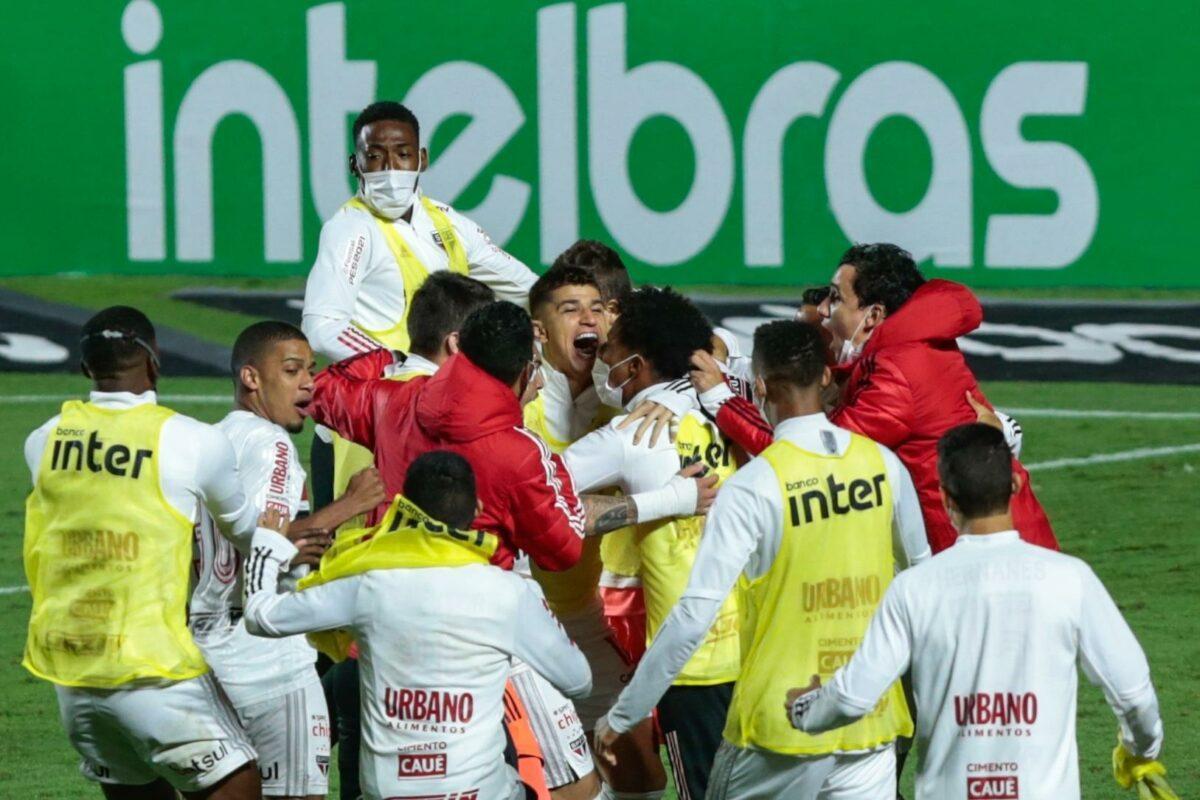 Jogadores do São Paulo comemoram gol diante do Flamengo