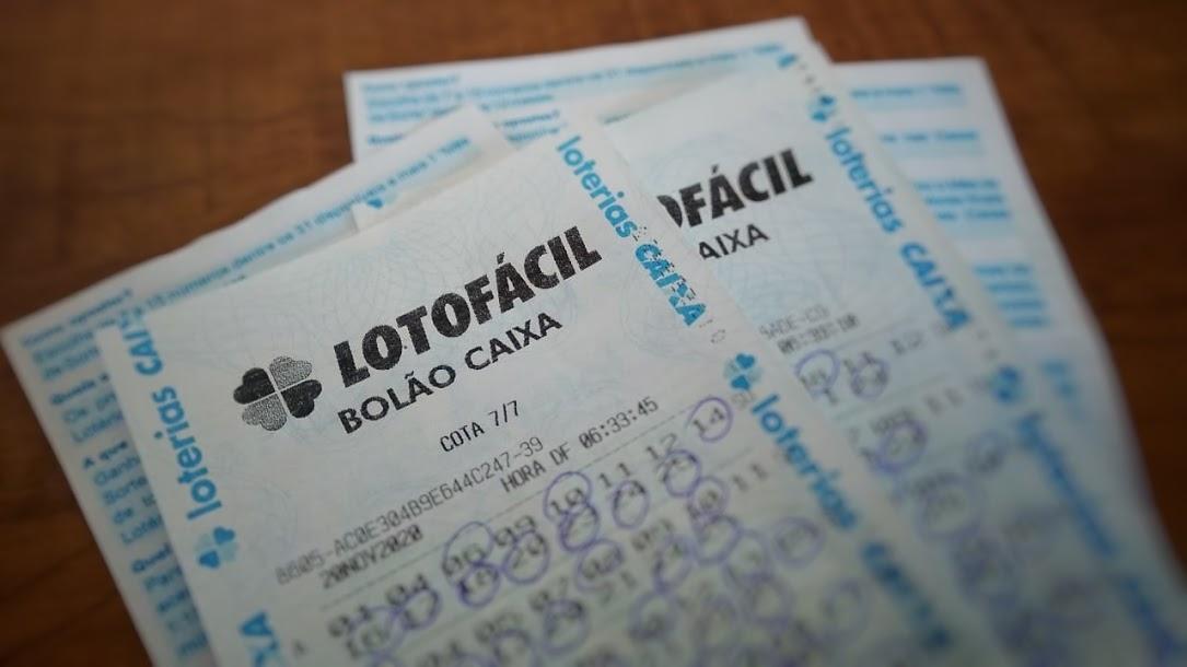 resultado da lotofácil 2116 - A imagem mostra três bilhetes da Lotofácil