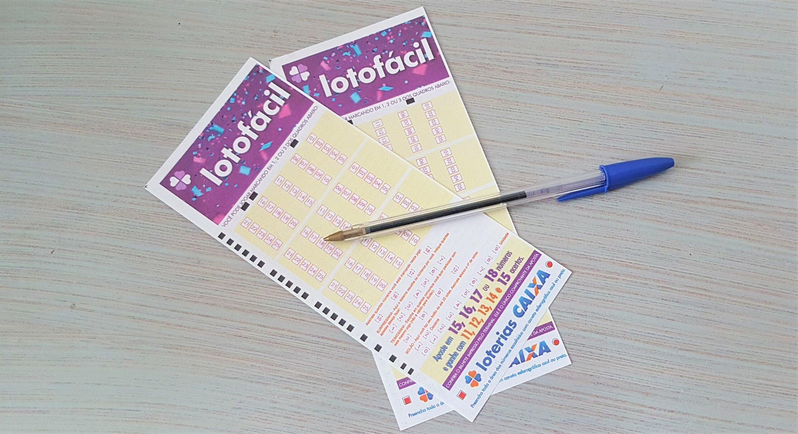A imagem mostra uma caneta em coma de dois volantes da Lotofácil