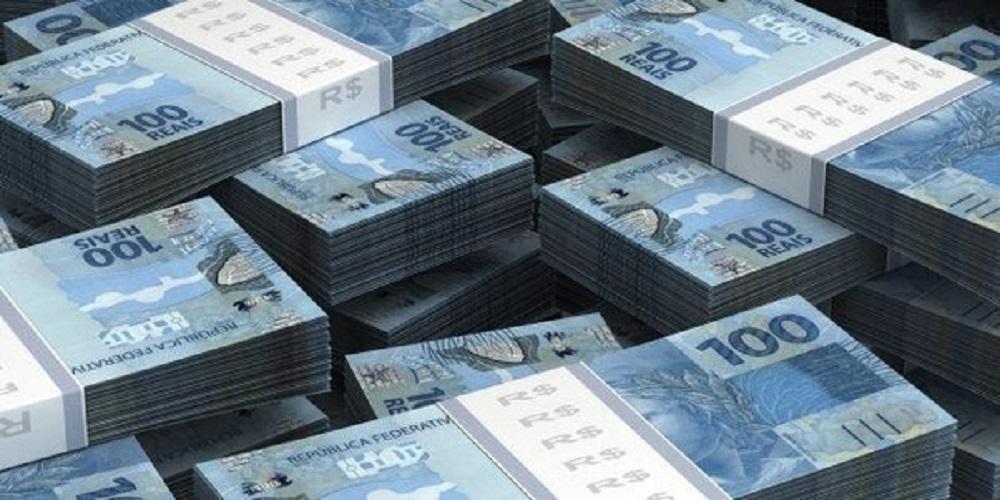 Mega da Virada 2021 - A imagem mostra diversos bolos de dinheiro em nota de R$ 100