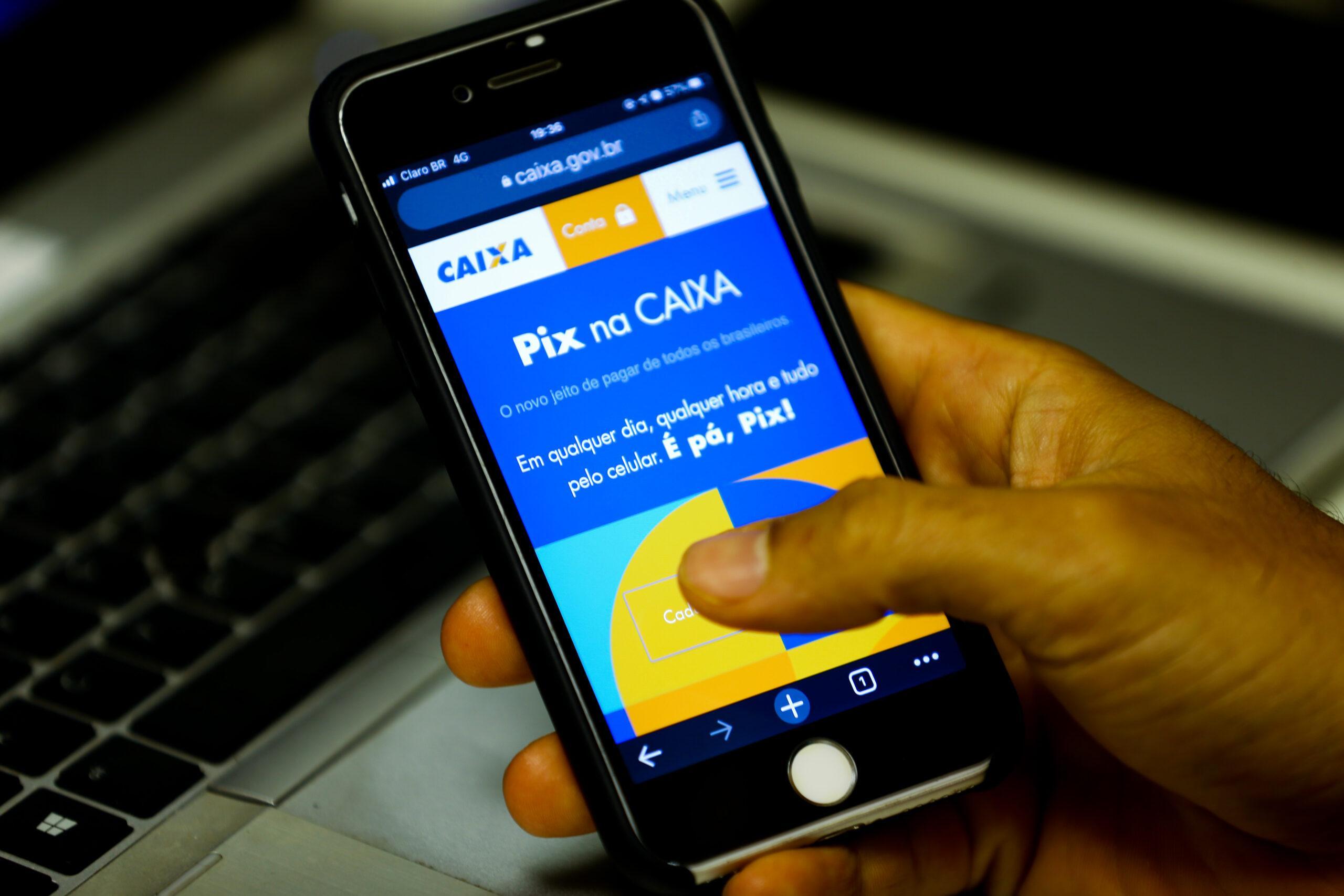 Foto de um celular cadastrando o Pix Caixa