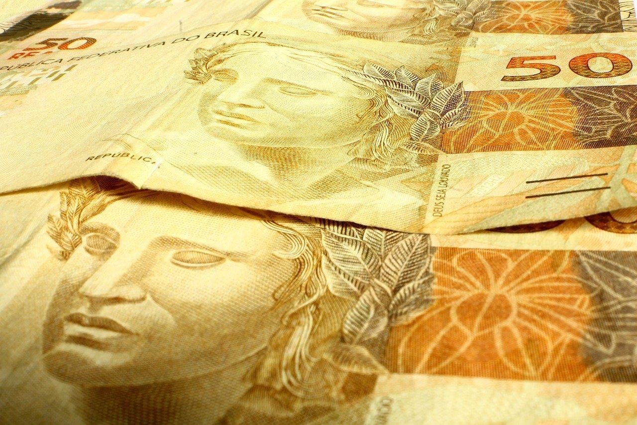 Notas de R$ 50. 13º salário