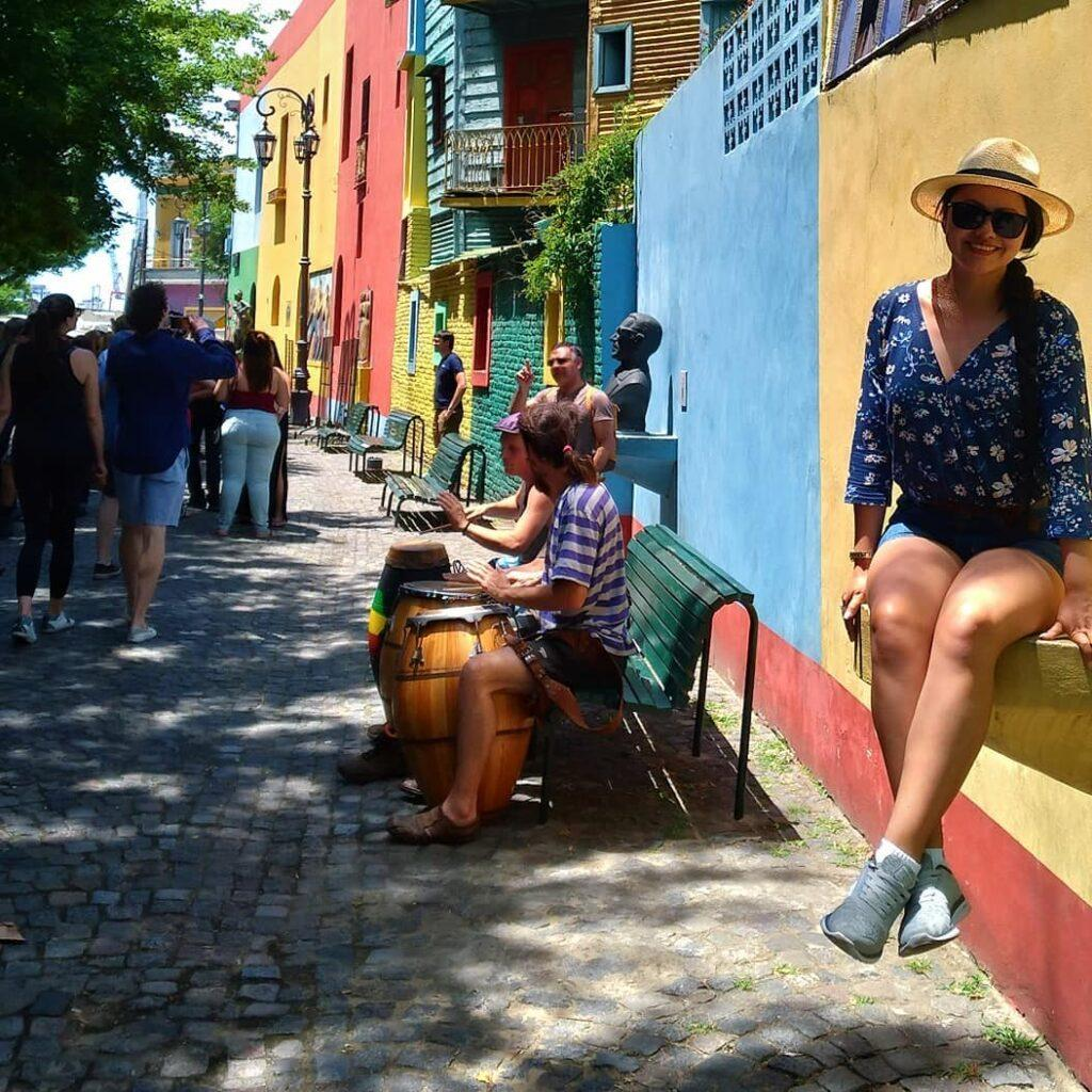 Imagem de mulher em Buenos Aires, país recentemente liberado para turismo brasileiro