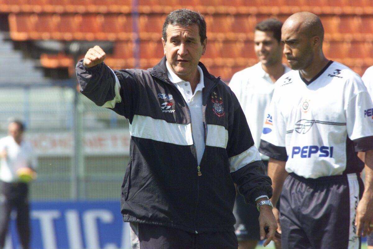 Parreira comandou o Corinthians em 2002, mas ano ano seguinte assumiu a seleção
