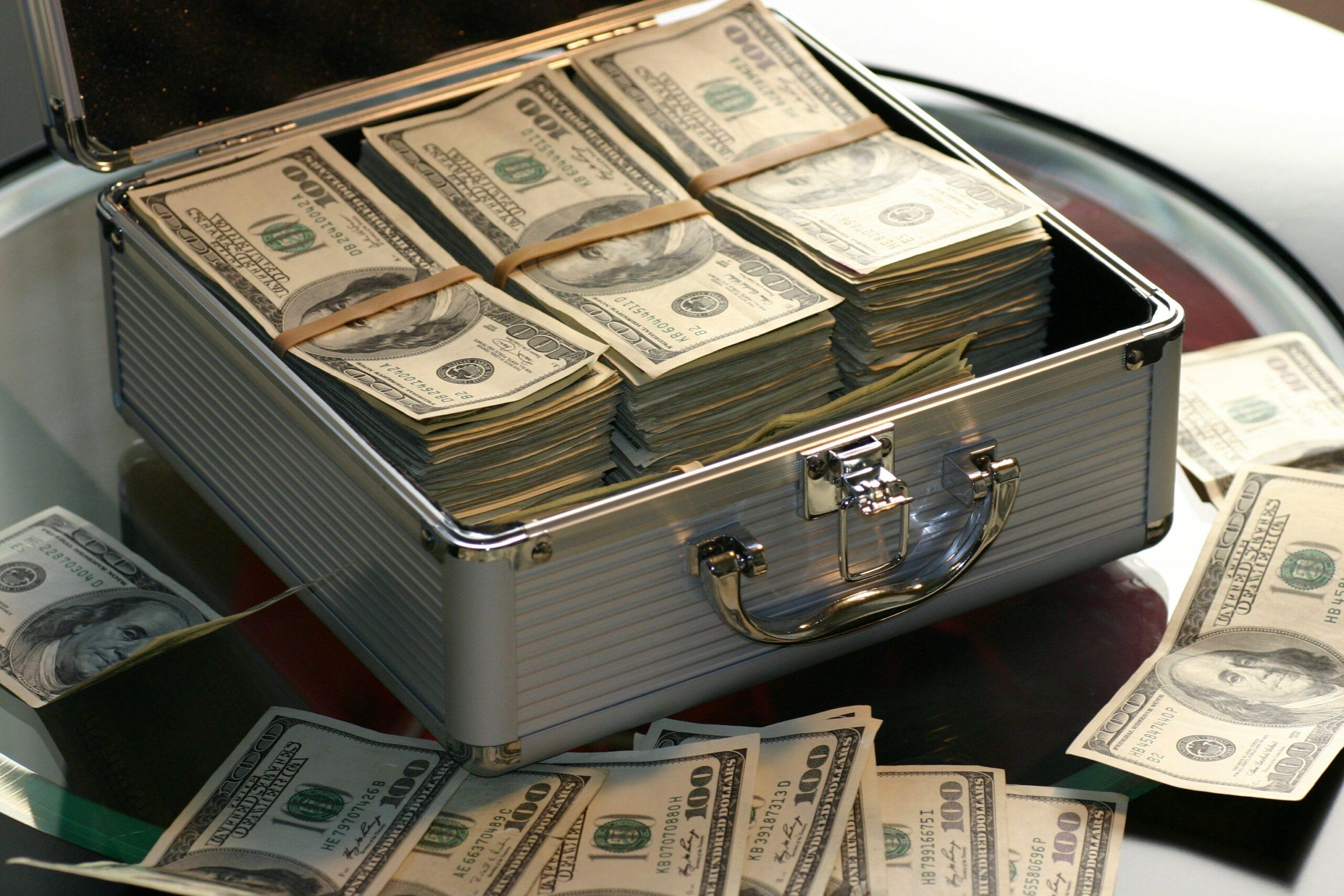Mega da Virada - a Imgem mostra uma maleta aberta com tr~es bolos grandes de dinheiro