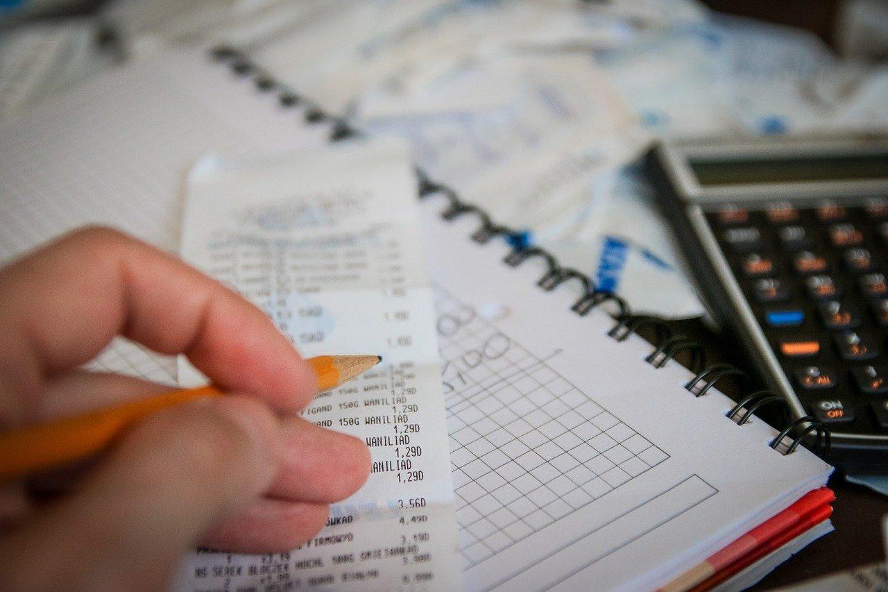 foto mostra alguém calculando - prestação de contas final dos candidatos e partidos eleições 2020