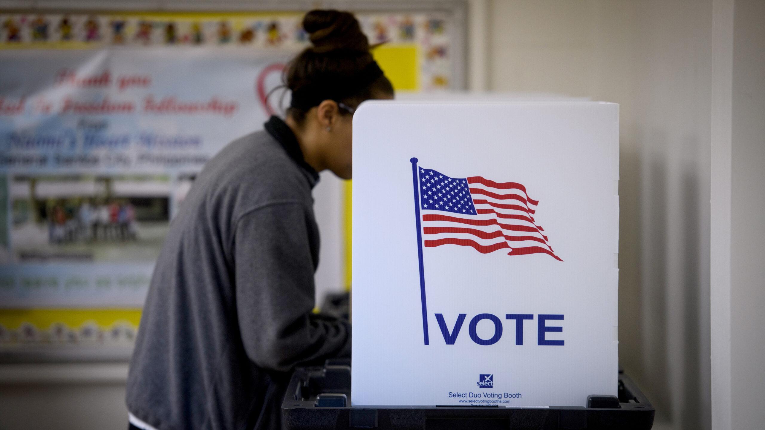 garota votando - saiba quantos delegados tem cada estado nos eua eleições 2020