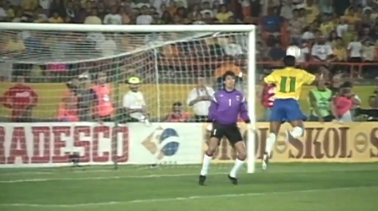 Romário marca contra o Uruguai