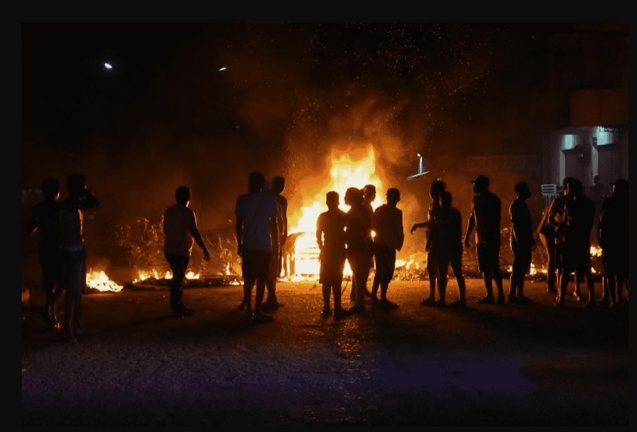 Como ajudar o Amapá? foto mostra pessoas em volta de fogo