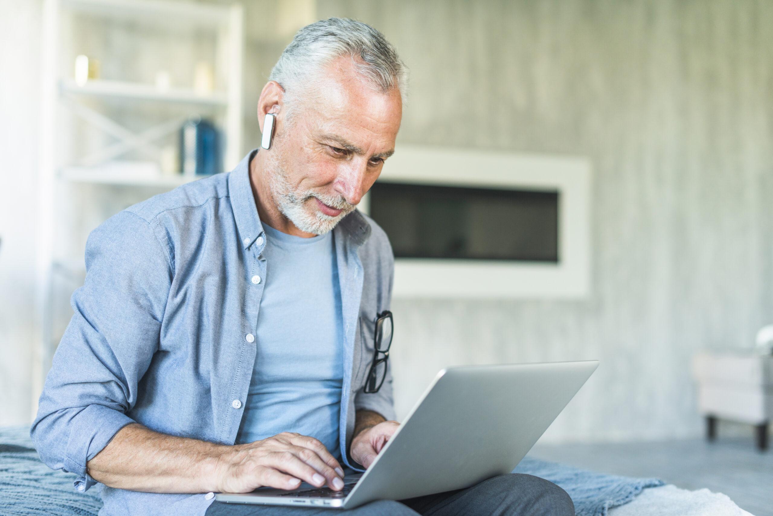 Homem idoso usando notebook
