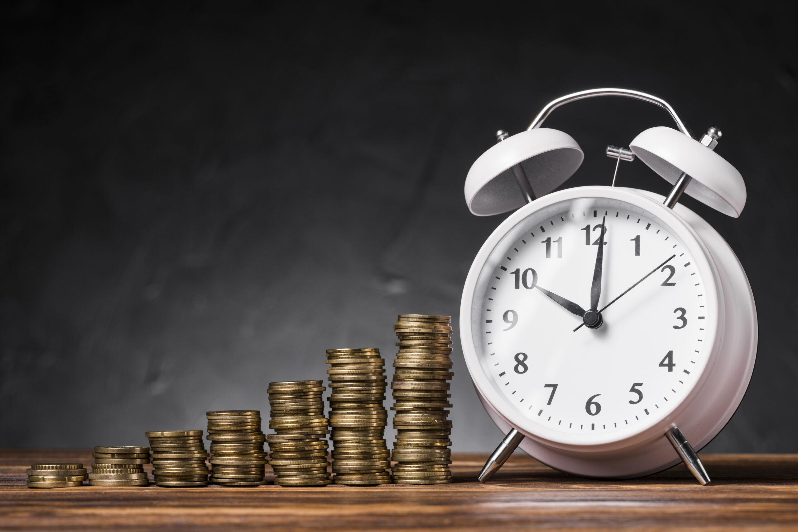 Pilha de moedas e relógio