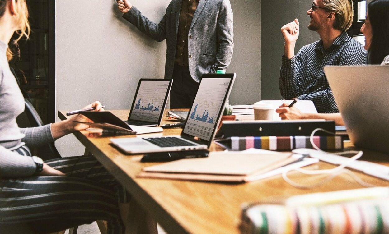 pequena empresa em momento de reunião; linha de crédito 2021