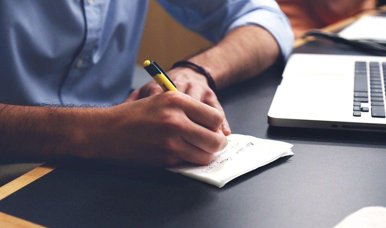 Pessoa fazendo anotações
