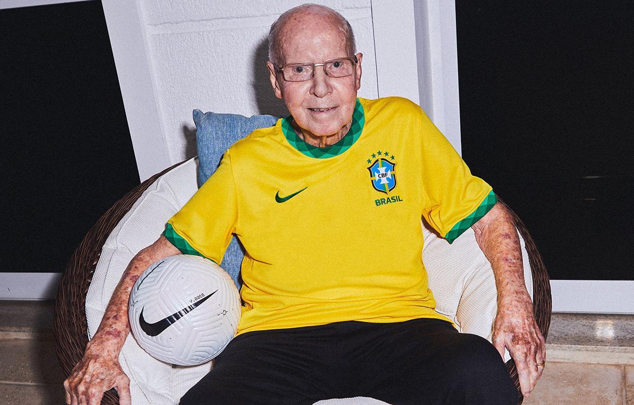 Zagallo veste a nova camisa da seleção brasileira