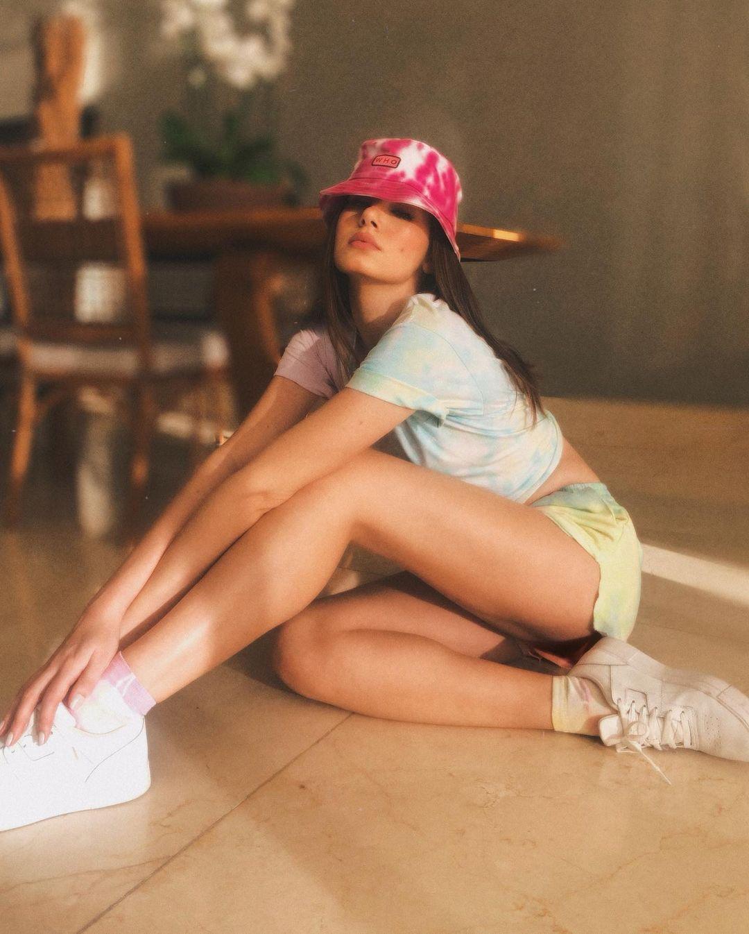 Imagem mostra Camila Queiroz com look todo em tie-dye