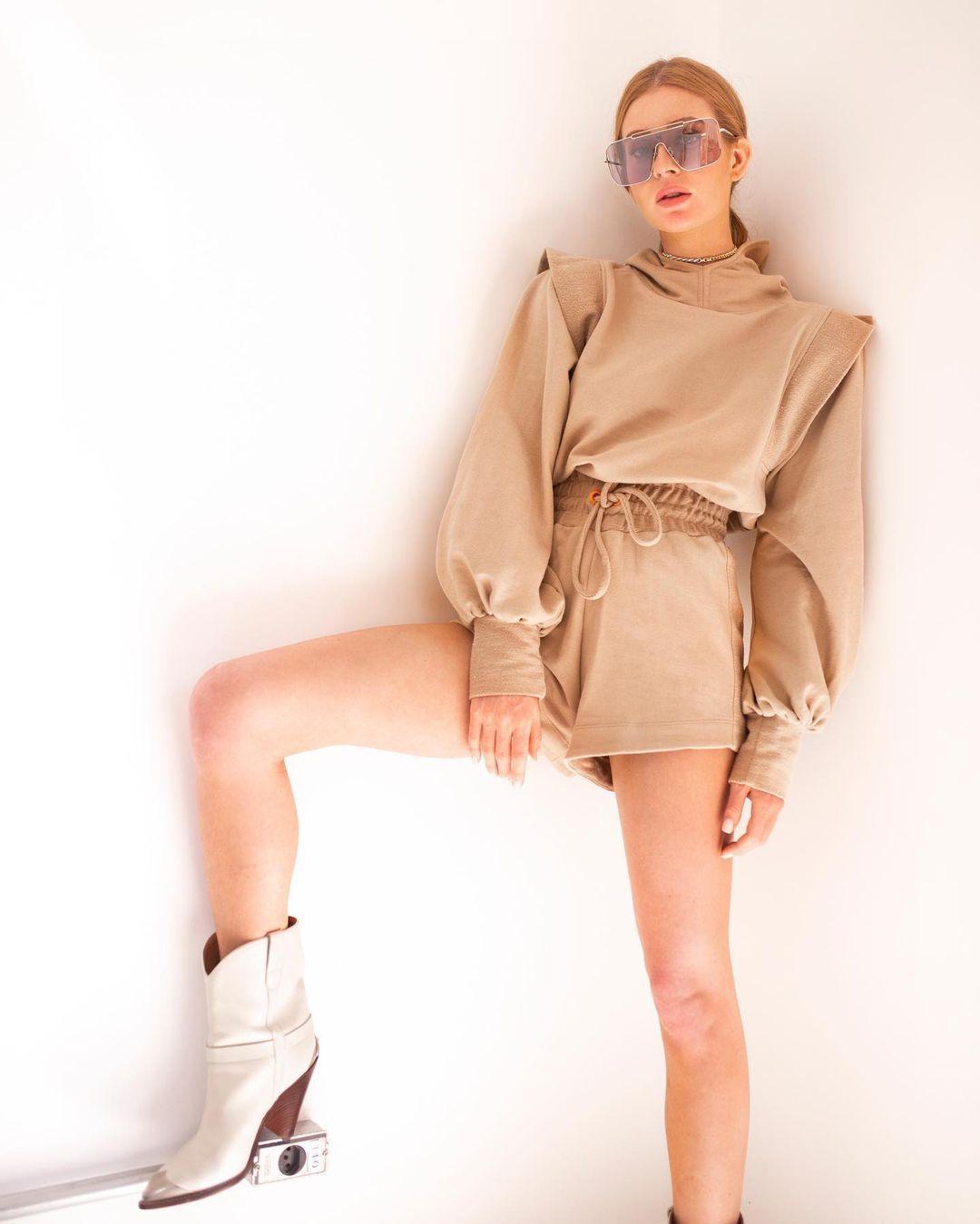 Imagem mostra Marina Ruy Barbosa com roupa da sua marca, a Ginger