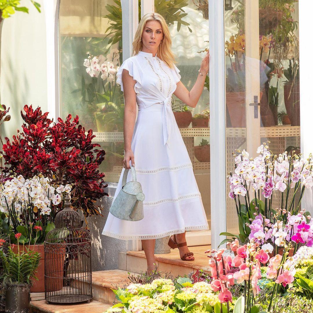 Imagem mostra Ana Hickmann com vestido branco