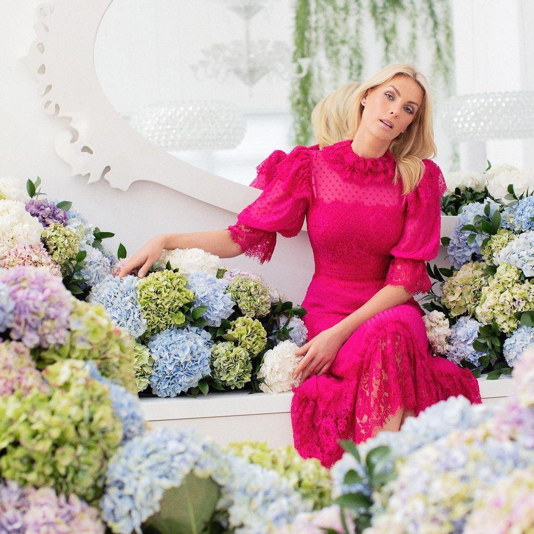 Imagem mostra Ana Hickmann vestida de rosa