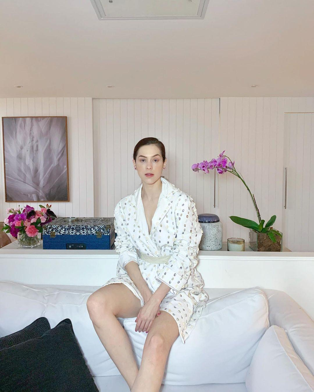 Imagem mostra Sophia Abrahão vestida de branco