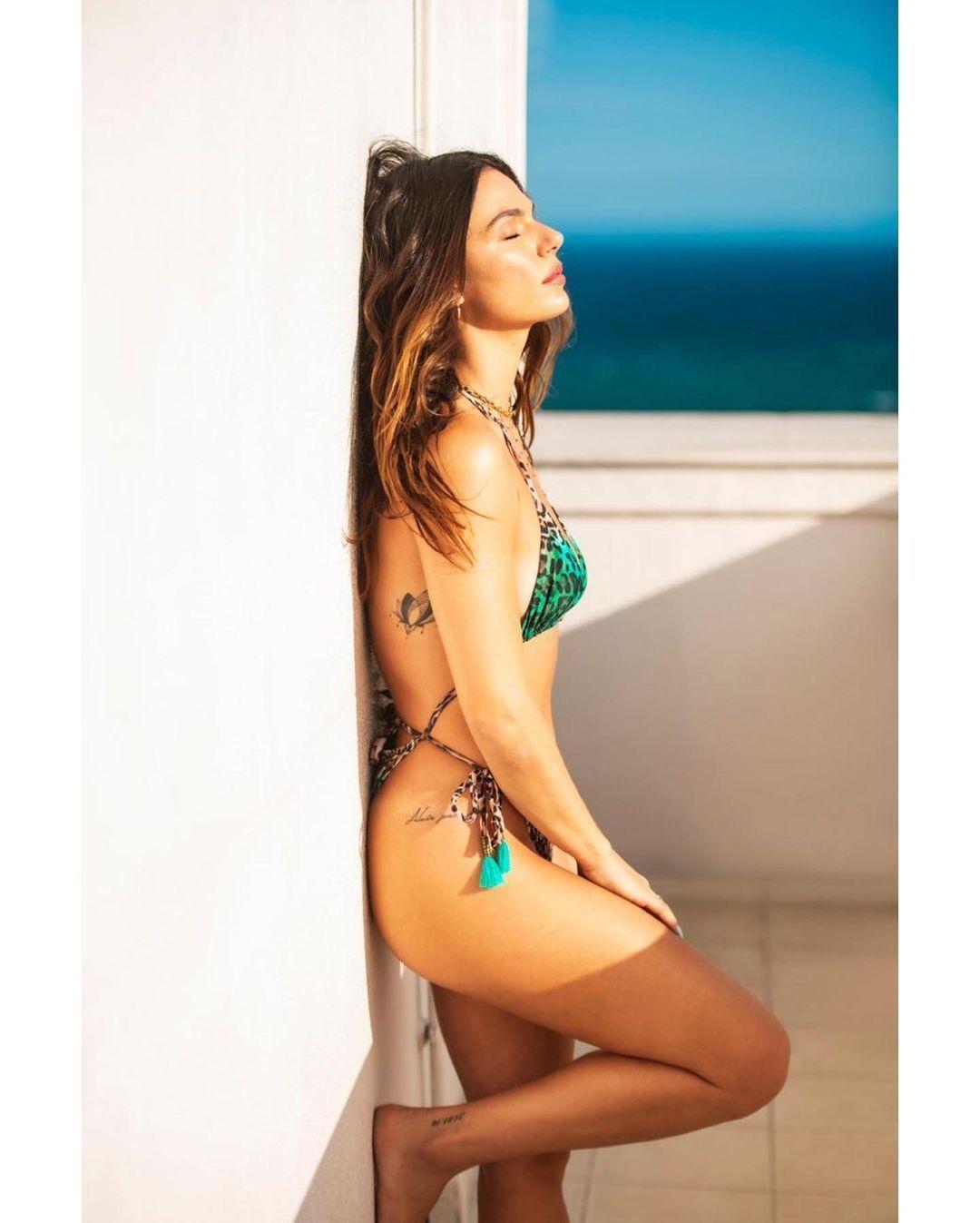Imagem mostra Isis Valverde com biquíni de amarração