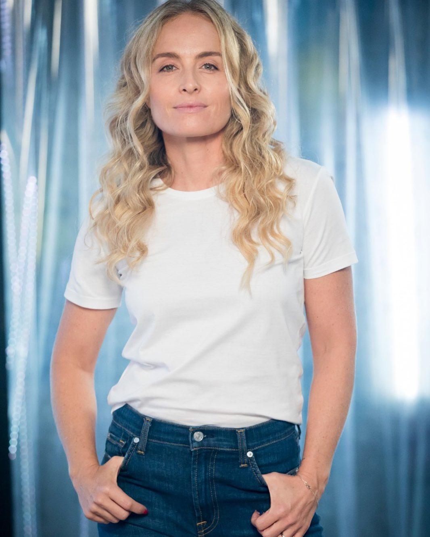 Imagem mostra Angélica de blusa branca e calça jeans