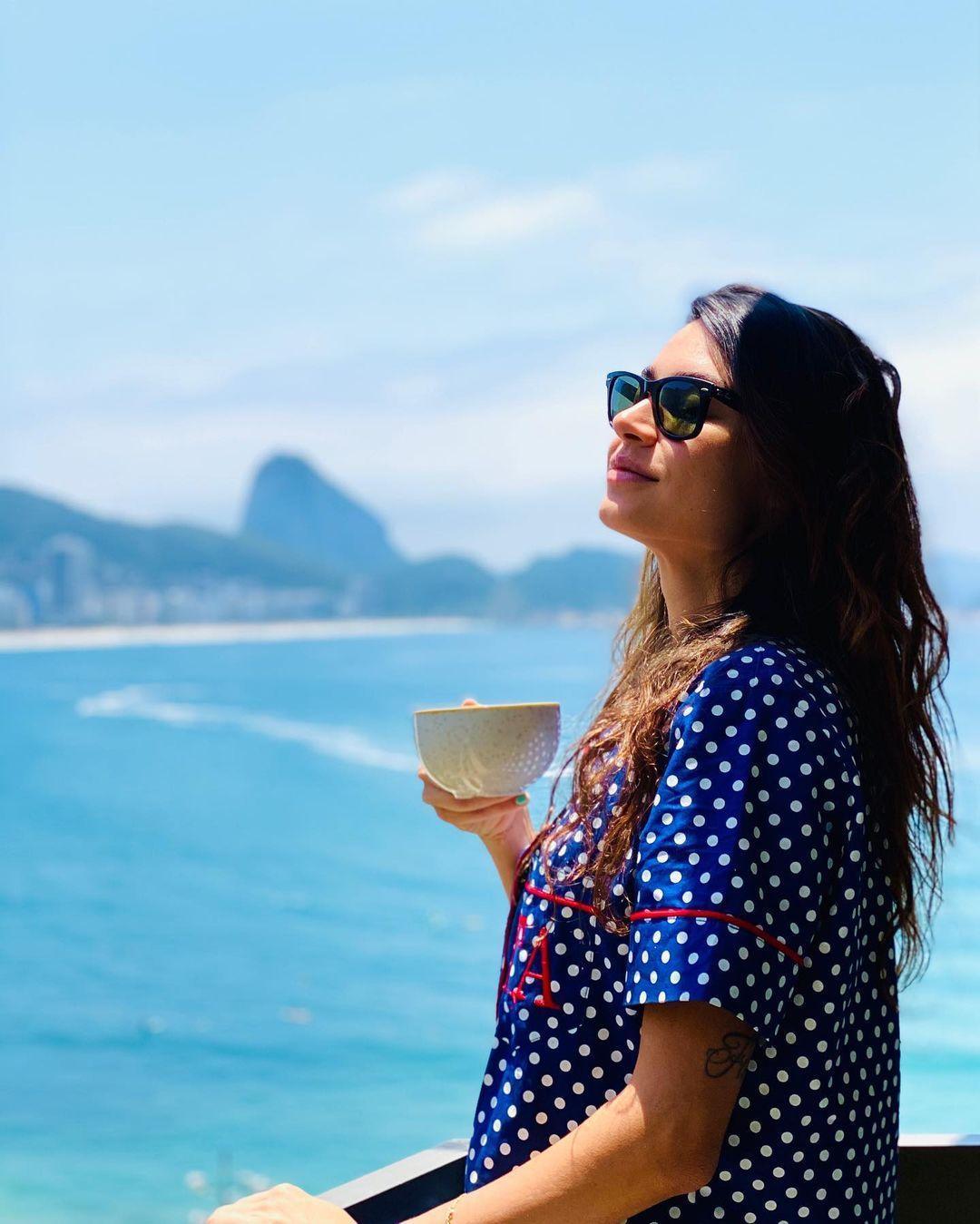 Imagem mostra cabelos longos da Thaila Ayala