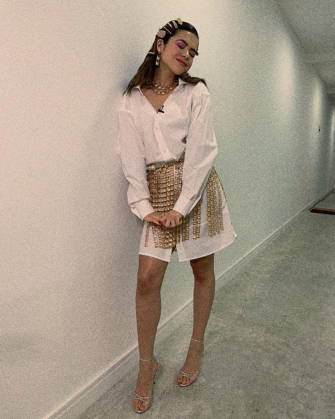 Imagem mostra Maisa com roupa branca