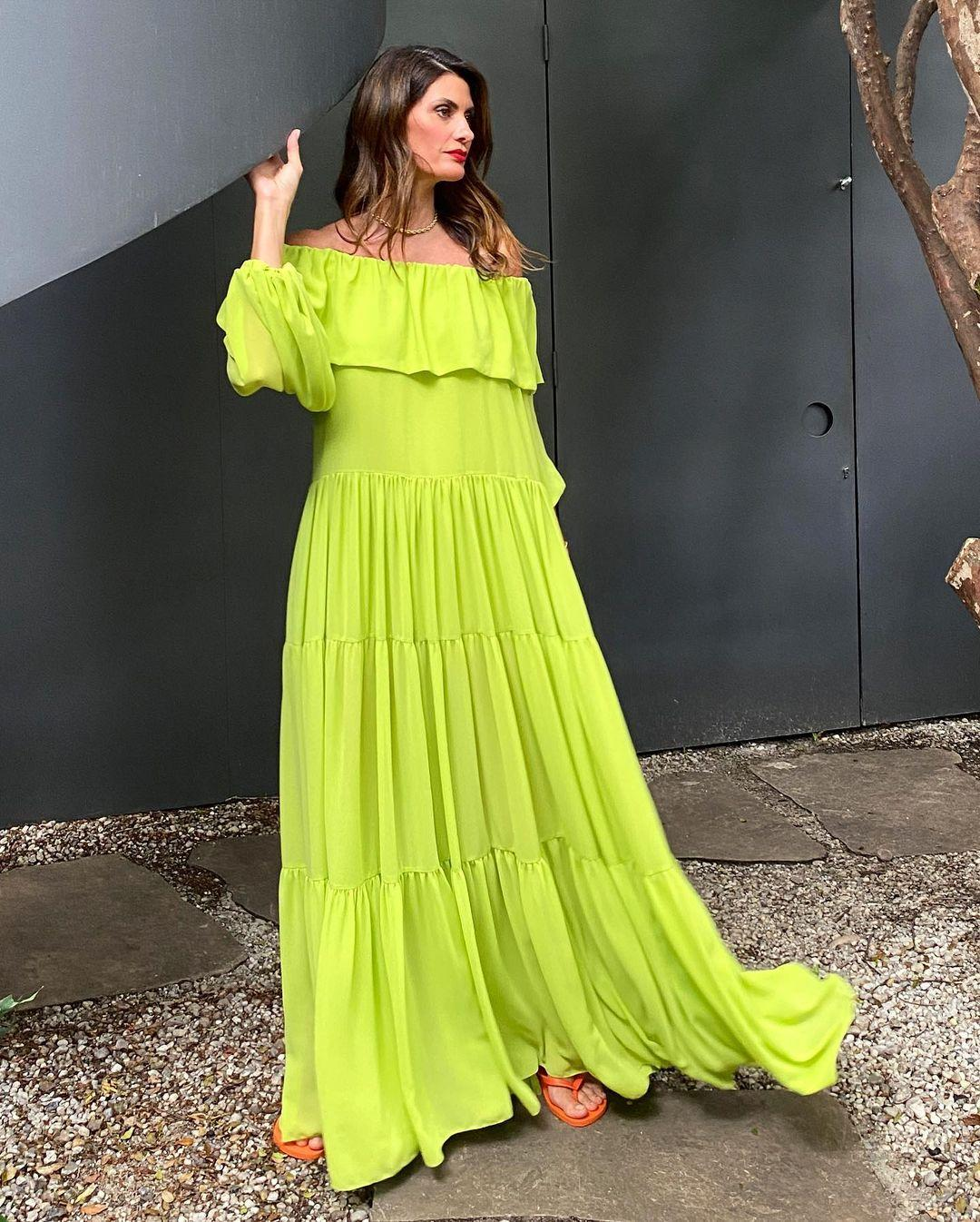 Isabella Fiorentino aposta em vestido verde neon