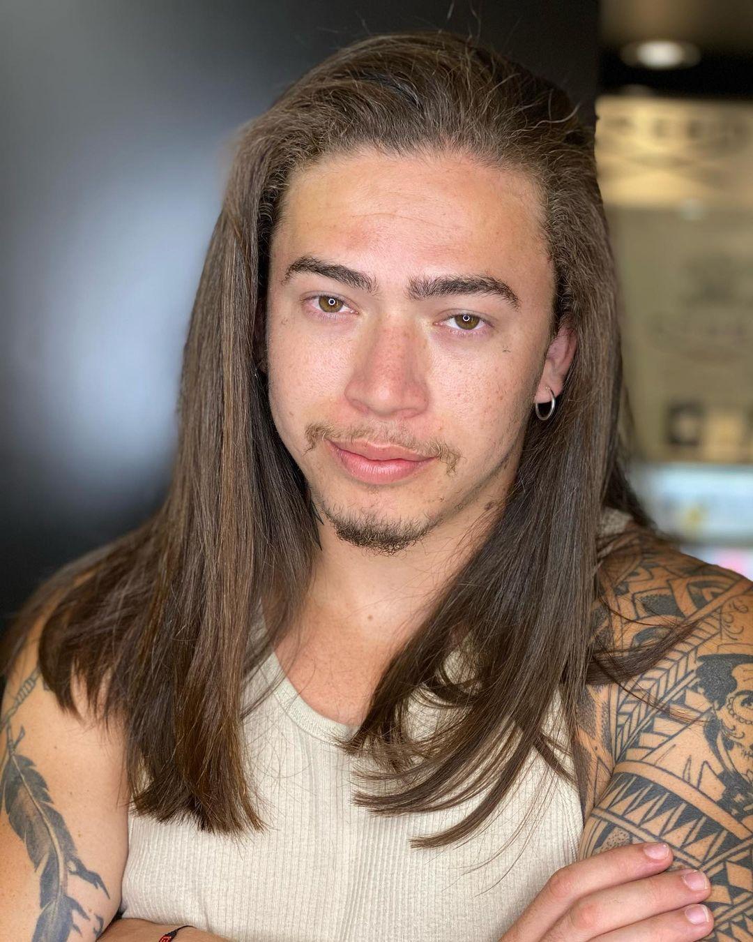 Imagem mostra rosto do cantor Whindersson Nunes, que tem música gospel