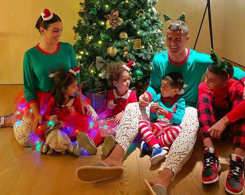 Cristiano Ronaldo vestiu pijama natalino com família