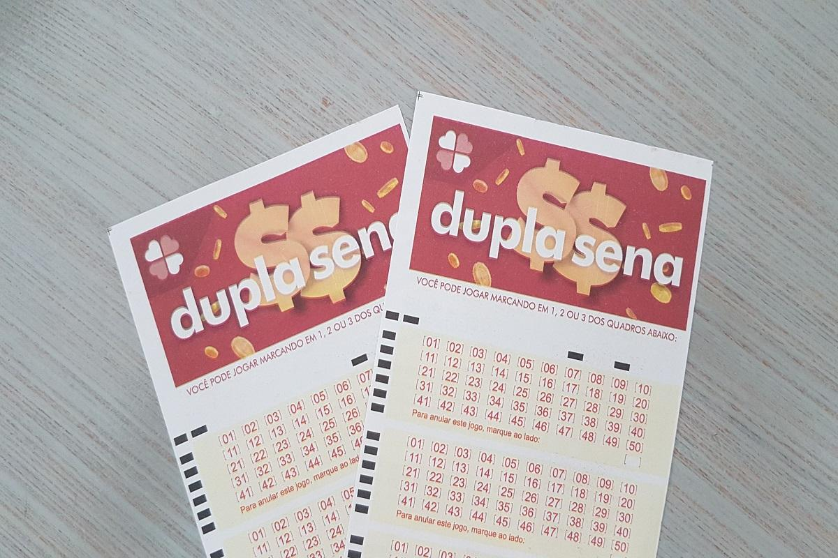 A imagem mostra dois volantes da Dupla Sena