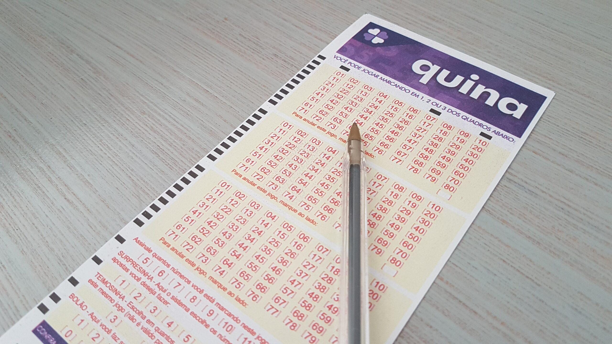 resultado da quina 5452 - A imagem mostra uma caneta em cima de um volante da Quina