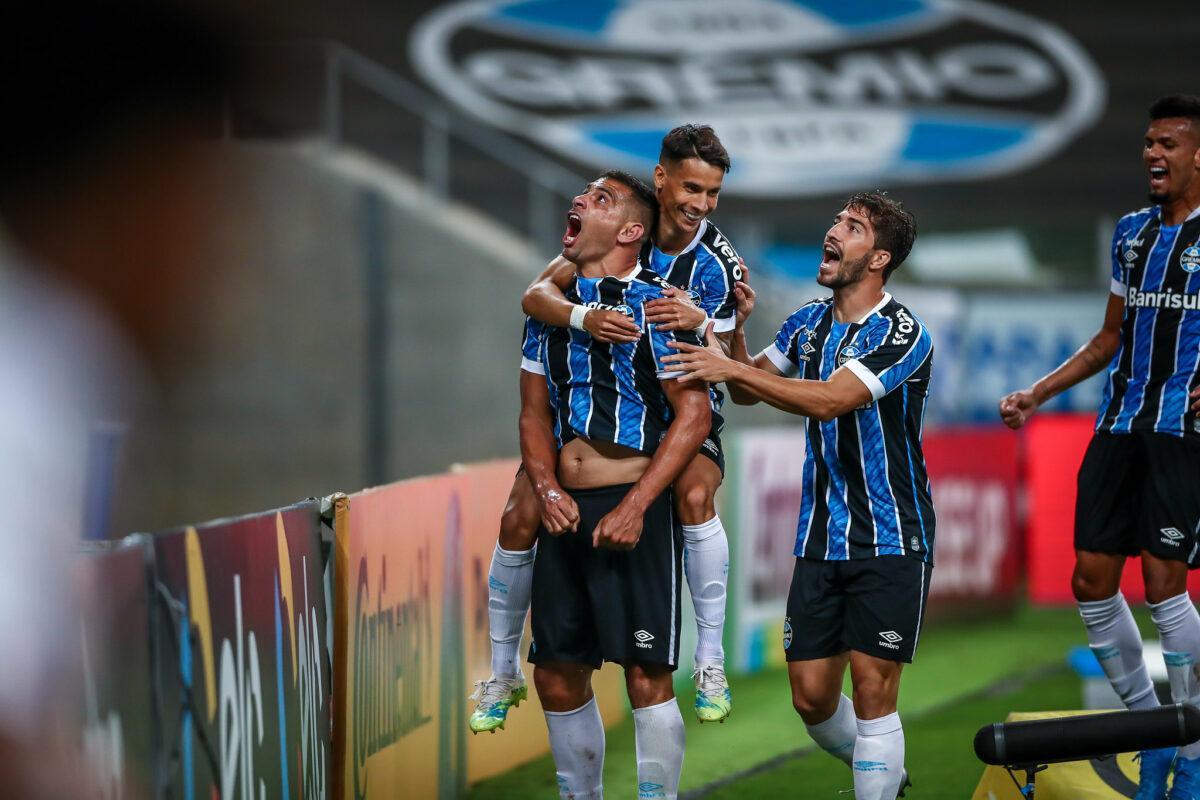 Diego Souza beijou o escudo do Grêmio e comemorou muito seu gol na partida