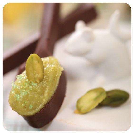 Imagem mostra brigadeiro de colher com pistache