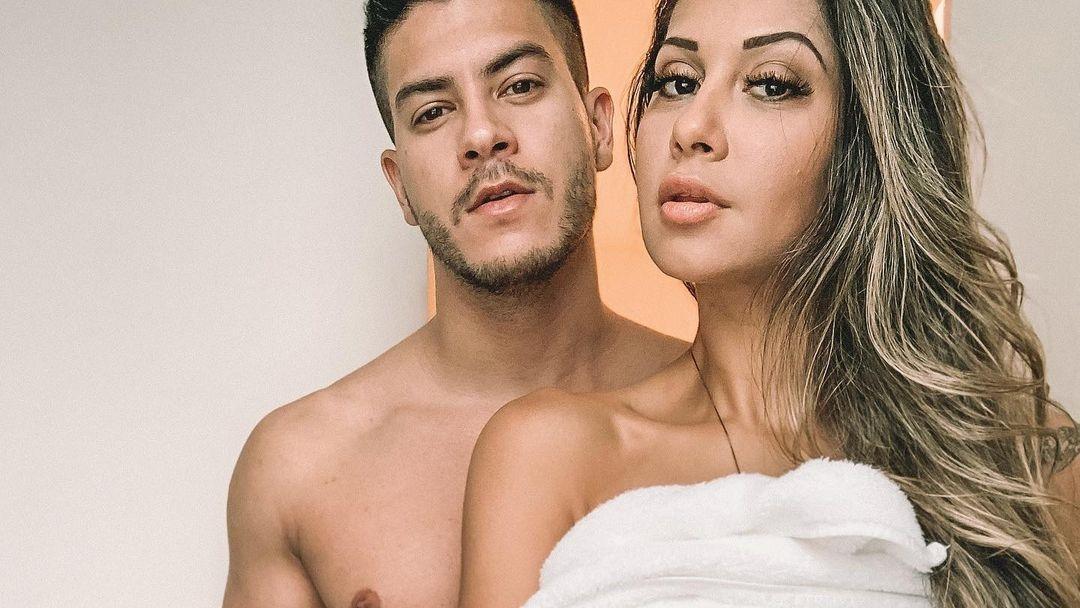 Na imagem Arthur Aguiar e Mayra Cardi