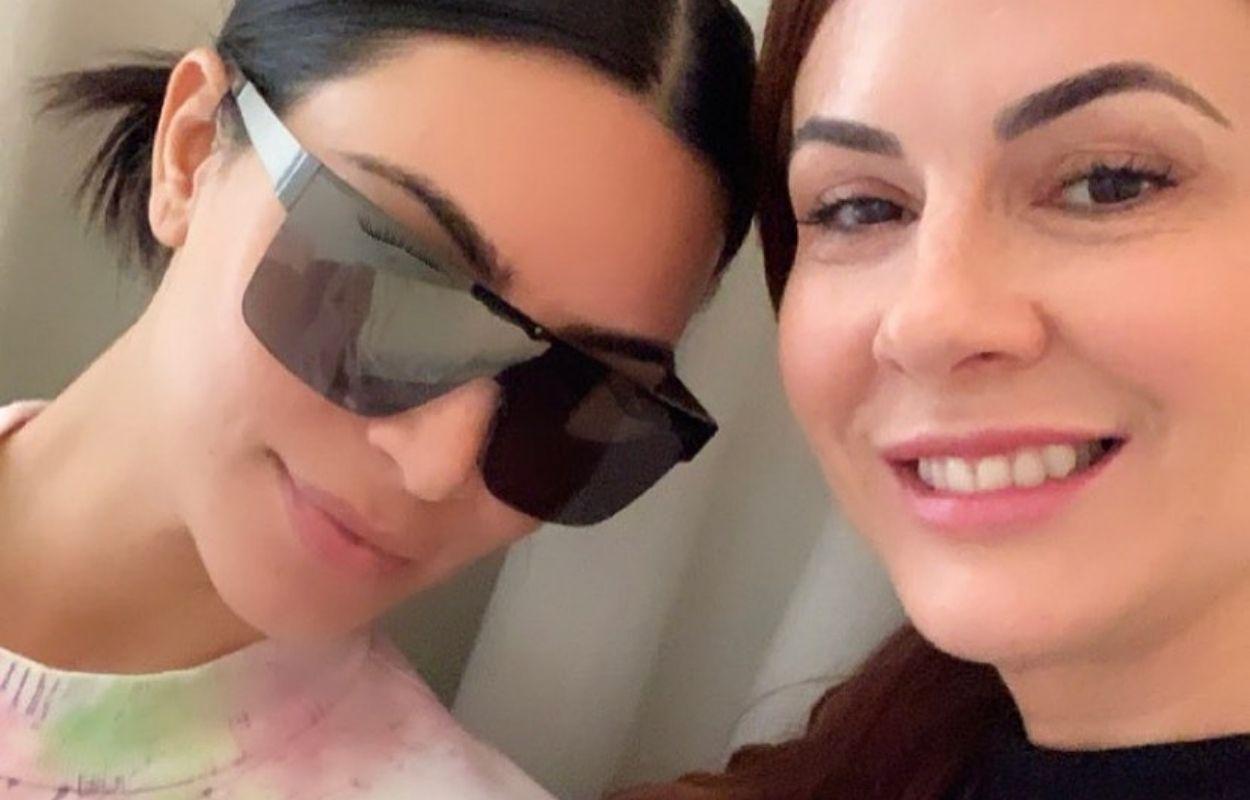 Imagem mostra massagista brasileira ao lado de Kim Kardashian