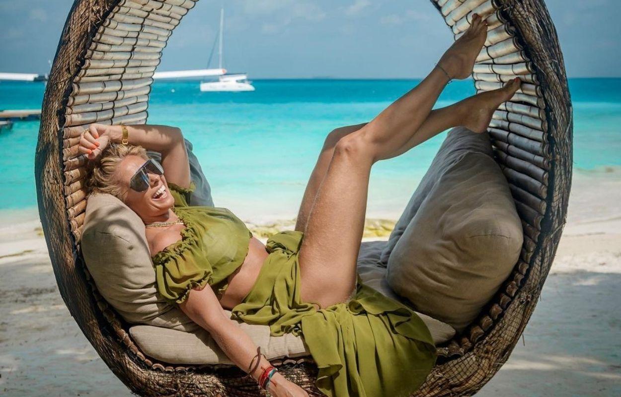Imagem mostra Adriane Galisteu nas Maldivas