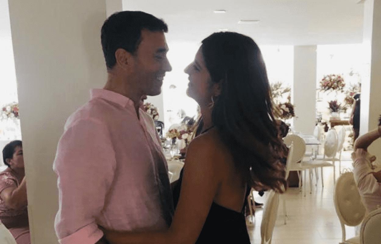 Imagem mostra André Rizek e Andréia Sadi abraçados