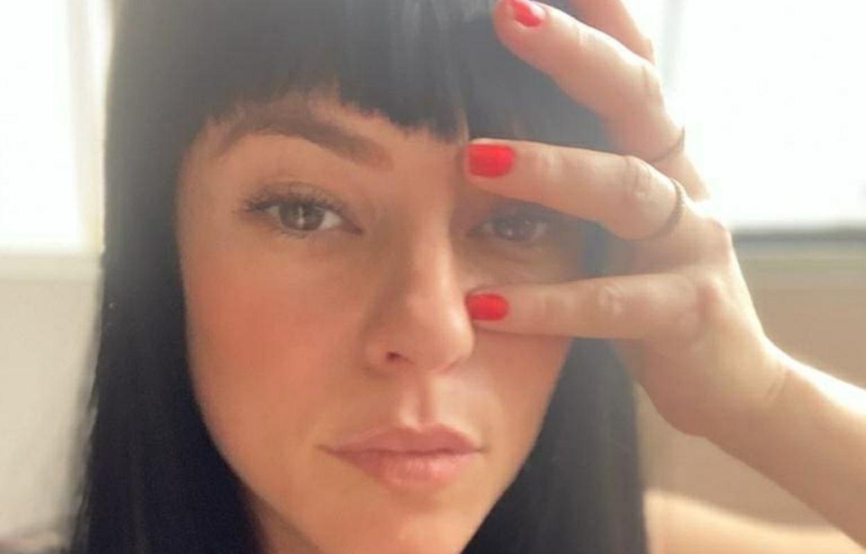 Imagem mostra Paolla Oliveira com cabelo preto e franja