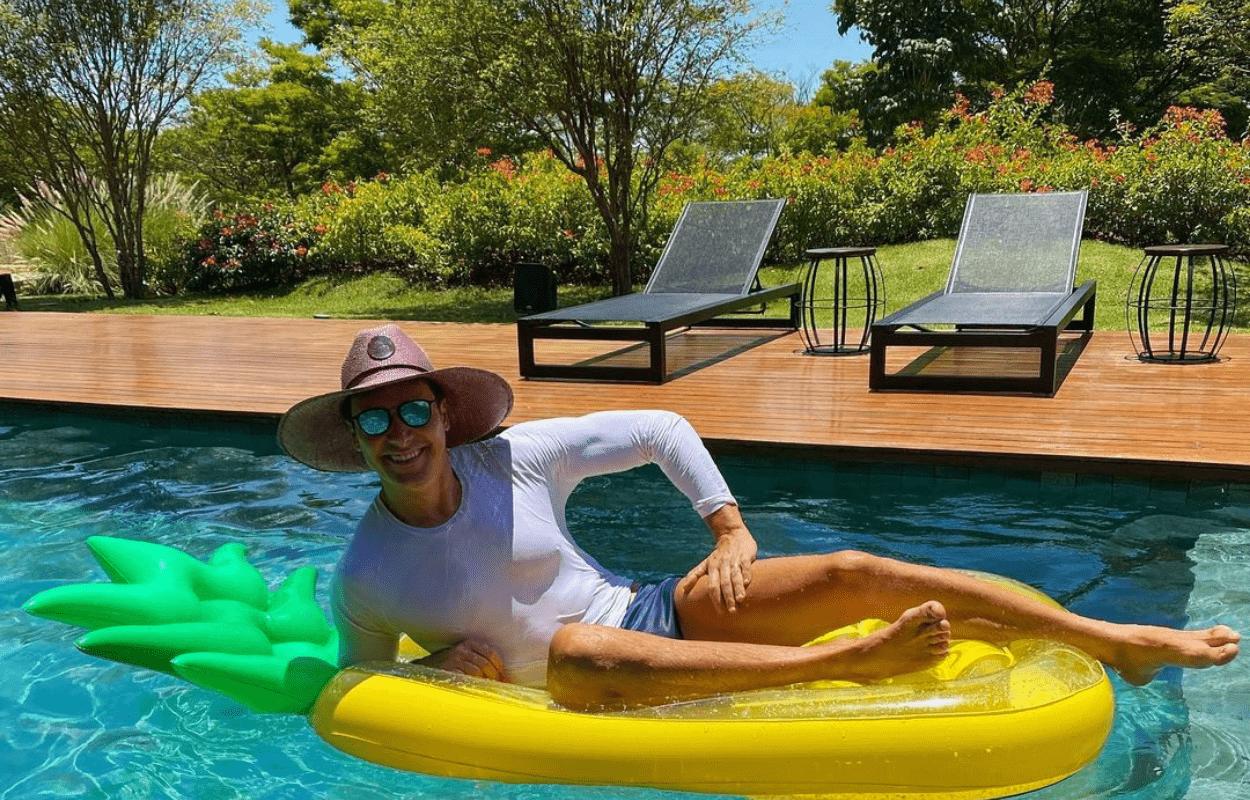 IMagem mostra Rodrigo Faro na piscina