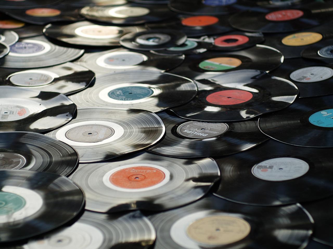 Imagem mostra vários discos de vinil espalhados no chão