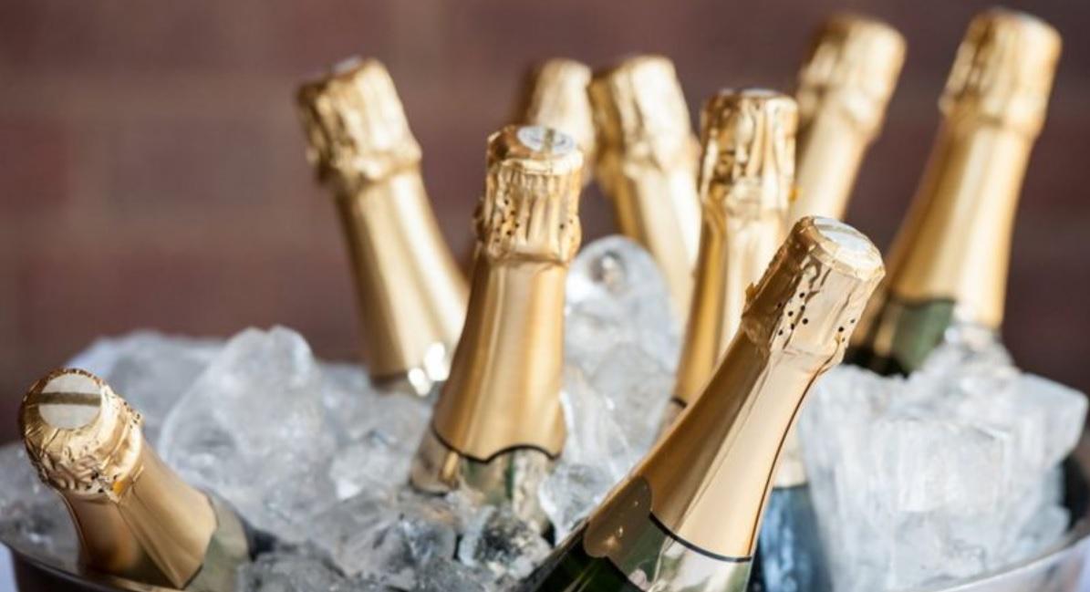 servir uma garrafa de champanhe